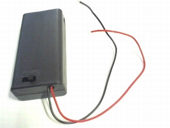 Closed battery holder for two AA cells